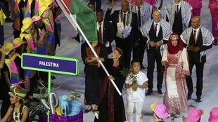 Maratonista Mayada Al Sayad foi a porta-bandeira da Palestina no Rio de Janeiro.