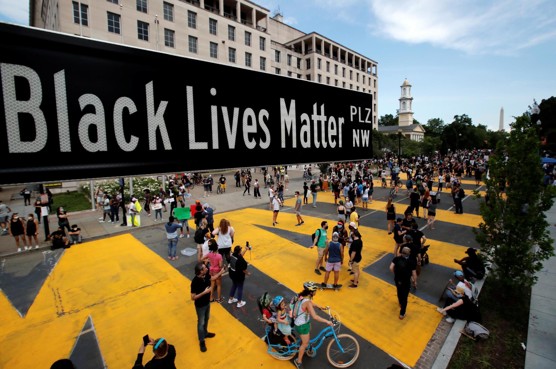 Le panneau indicateur «Black Lives Matter plaza» et l'inscription peinte en immenses lettres jaunes à Washington, le 5 juin 2020.