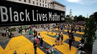 Le panneau indicateur «Black Lives Matter plaza» et l'inscription peinte en immenses lettres jaunes à Washington, le 5 juin 2020.