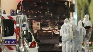 La police scientifique examine le camion de l'attentat au lendemain de l'attaque sur la promenade des Anglais à Nice, dans la soirée du 14 juillet 2016.