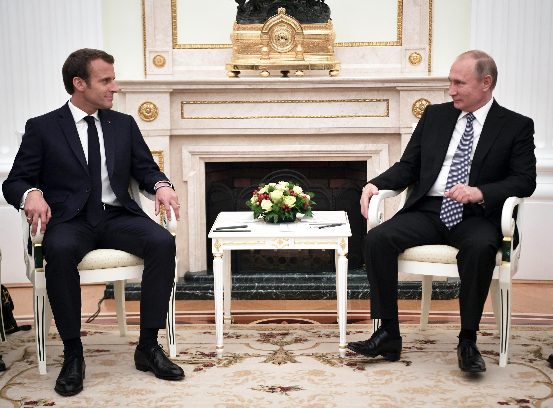 Shugaban Faransa Emmanuel Macron, yayin ganawa da takwaransa na Rasha Vladmir Putin a birnin Moscow, 15 ga watan Yuli, 2018.