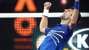 Novak Djokovic celebra seu sétimo título no Aberto da Austrália, em 27 de janeiro de 2019.