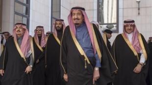 Король Саудовской Аравии Салман ибн-Абдул Азиз аль-Сауд в окружении членов королевской семьи