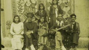 سنت مطربی در ایران همیشه با اکراه اجتماعی و مذهبی مواجه بوده است