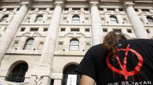 Biểu tình trước tòa nhà Thị trường chứng khoán Milan, chống lại kế hoạch khắc khổ lần thứ hai của chính phủ Ý ngày 5/9/11.
