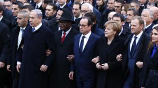 Le président François Hollande (au centre), entouré du président malien IBK (à gauche), la chancelière Angela Merkel (à droite) et de nombreux chefs d'Etats et représentants de gouvernements étrangers, lors de la marche républicaine , le 11 janvier 2015.