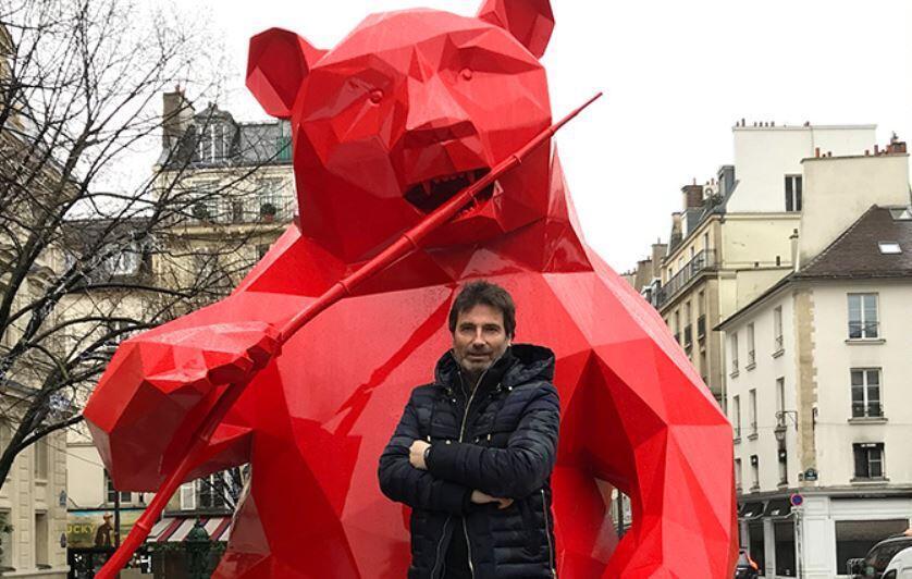 大熊貓雕塑作者Orlinski在雕塑前