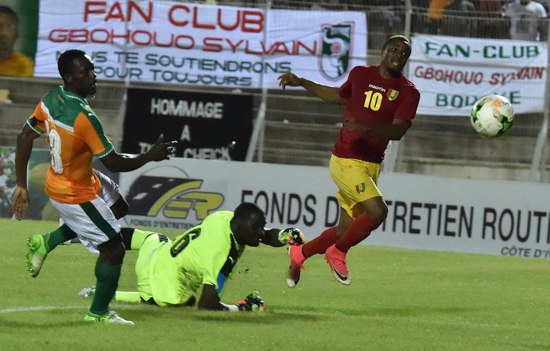 Le Guinéen François Kamano (en rouge) prend de vitesse la défense ivoirienne, en éliminatoires de la CAN 2019.
