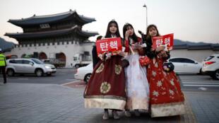 示威者身穿韓服在首爾支持彈劾樸槿惠