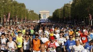 Mais de 30 mil pessoas participaram da meia maratona de Paris neste domingo