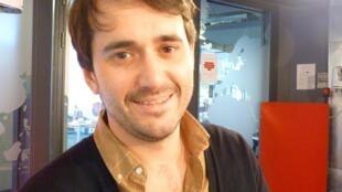 El compositor y guitarrista argentino Tomás Bordalejo en los estudios de RFI en París.