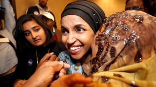 Ilhan Omar成為選入國會的美國第一批穆斯林女性,她被婆婆緊緊擁抱