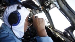 Un piloto vietnamita buscando el avión MH370, que desapareció el pasado 8 de marzo.
