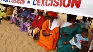 Ces femmes d'un village sénégalais commémorent l'abandon de l'excision par 35 femmes, le 8 mai 2007.