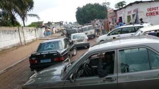 Des véhicules en circulation dans une rue de Kinshasa en RDC.