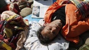 Сиеста одного из участников акции #оккупайабай в импровизированном протестном городке 11/05/2012
