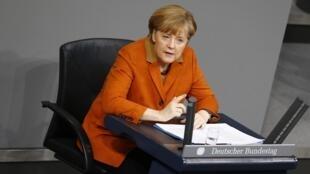 """A chanceler alemã, Angela Merkel, que discursava perante o parlamento,  disse que os ucranianos que se manifestam em defesa dos valores europeus devem """"ser ouvidos""""."""
