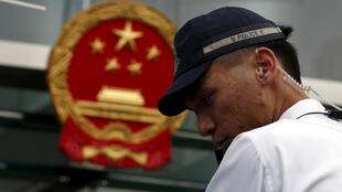 图为香港一名警员在中联办前警卫