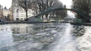 Canal Saint-Martin, em Paris, ficou congelado nesta terça-feira, mas não suficiente para suportar o peso de uma pessoa.