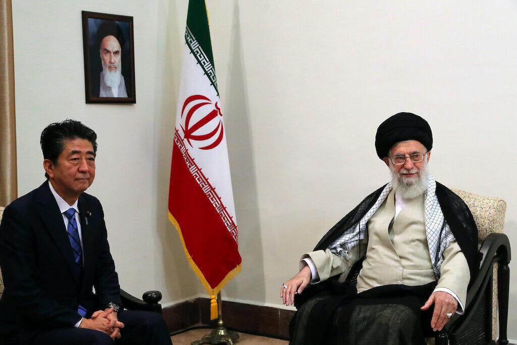 علی خامنهای رهبر حکومت اسلامی ایران و شینزو آبه نخست وزیر ژاپن