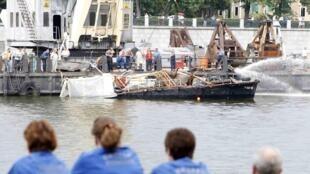 Подъем катера, затонувшего в Москва-реке в ночь с субботы 30 на воскресенье 31 июля 2011 года