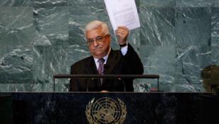 Mahmoud Abbas, na Tribuna da ONU, mostrando o pedido oficial de adesão às Nações Unidas.