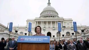 La présidente de la Chambre des représentants Nancy Pelosi lors de la présentation du plan de réforme de la couverture santé, au pied du Capitole à Washington, le 29 octobre 2009.