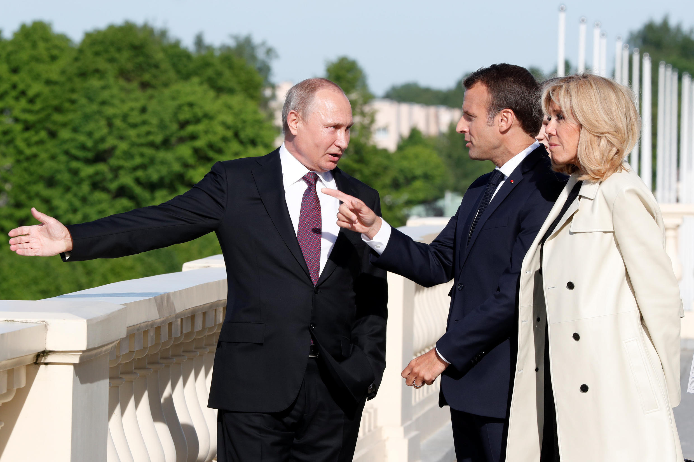 Le président russe Vladimir Poutine avec le président français Emmanuel Macron et sa femme Brigitte Macron à Saint-Petersbourg, le 24 mai 2018.