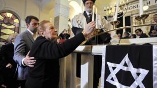 Soultana Taraboulous, survivante de l'Holocauste, allume un cierge lors de la cérémonie du 17 mars 2013 à Thessalonique.