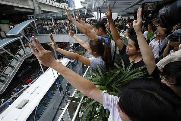 Manifestantes tailandeses hacen el saludo de 'Los Juegos del Hambre', el 1 de junio en Bangkok.