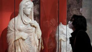 L'une des quatre statues funéraires pillées dans l'ancienne cité grecque de Cyrène en Libye, puis saisies par les douanes françaises, ici en exposition au Musée du Louvre le 21 mai 2021 à Paris.