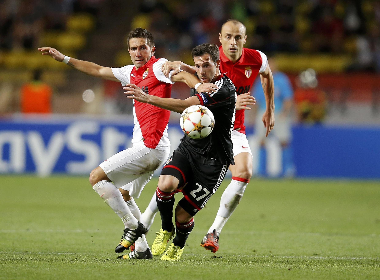 Jogadores do Mônaco em lance contra o Bayern Leverkusen na estreia dos dois times na Liga dos Campeões da Europa.