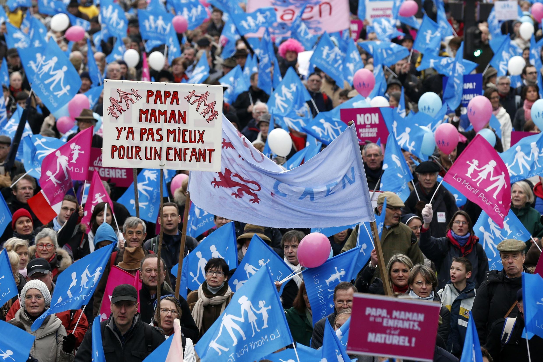 Khoảng từ 340 000 đến 800 000 người tuần hành trên các đường phố Paris để phản đối dự luật hôn nhân giữa những người đồng giới, chủ nhật 13/01/2013