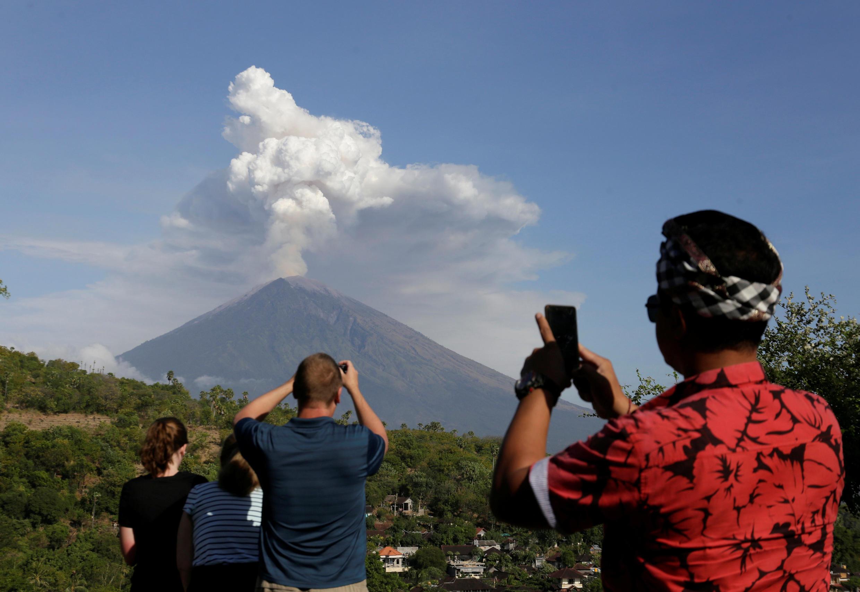 Des touristes prennent des photos du mont Agung, le 29 juin 2018.