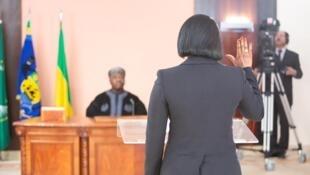 Prestation de serment de Rose Christiane Ossouka Raponda, ministre de la Défense gabonaise, à l'ambassade du Gabon au Maroc, devant le président Ali Bongo, qui y est en convalescence.