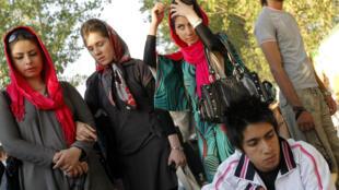 Depuis la Révolution islamique de 1979, le voile islamique est obligatoire pour toutes les femmes et la consommation d'alcool est interdite en Iran.