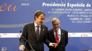 El presidente del Gobierno español José Luis Rodríguez Zapatero habla con el presidente chileno Sebastián Piñera en la Cumbre UE-Chile.