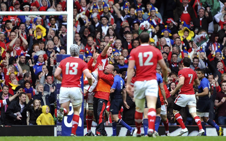 Le Gallois Alex Cuthbert, porté en triomphe par ses coéquipiers, après son essai marqué face à la France à la 21e minute, le seul de la rencontre. Un match remporté par le Pays de Galles 16 à 9.