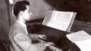 حسین دهلوی فارغ التحصیل هنرستان عالی موسیقی بود