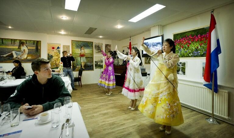 Các cô phục vụ trình diễn tại «Pyongyang» ở Amsterdam, nhà hàng Bắc Triều Tiên đầu tiên mở tại châu Âu, ngày 10/04/2012.