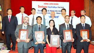 Lễ tấn phong võ sư cho các môn sinh quốc tế do Tổng liên đoàn Vovinam-Việt Võ Đạo Thế giới tổ chức lần đầu tại Quốc Tử Giám Hà Nội 10/8/2009. Hàng trước là các võ sư được phong, hàng sau là các thành viên Hội đồng võ sư giám khảo.