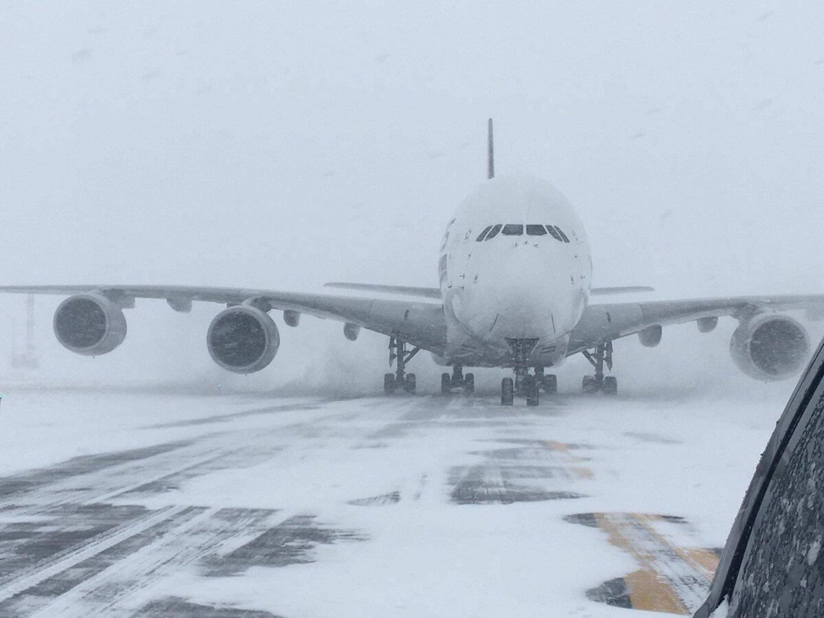 Tempestades de neve afetam voos desde o início da semana, como este da Singapore Airlines, na quinta-feira (4).