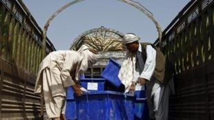 Des urnes électorales sont chargées à bord d'un camion pour être distribuées dans les bureaux de vote de la province de Kandahar, le 16 septembre 2010.
