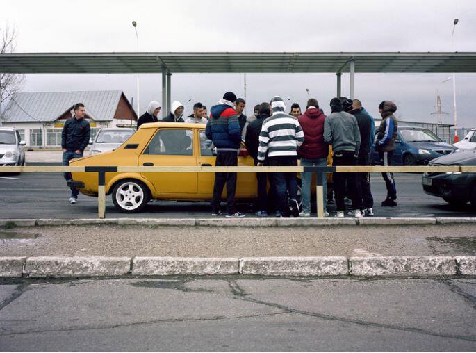 Les jeunes du tuning club de Mioveni, autour d'une vieille Renault 12, longtemps fabriquée par Dacia.