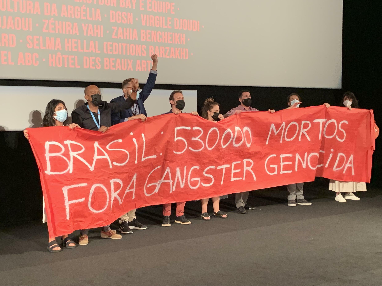 """Manifestantes em Cannes protestam contra Bolsonaro no final da projeção do filme """"O Marinheiro das Montanhas"""", de Karim Ainouz (09/07/21)"""