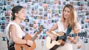 Французский дуэт Les Frangines (подружки) в одном из своих клипов