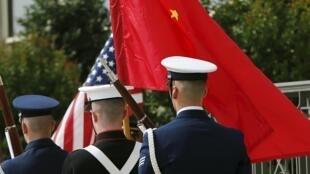 Một đội quân danh dự Hoa Kỳ kéo cờ Hoa Kỳ và Cộng hòa Nhân dân Trung Hoa tại Lầu Năm Góc ở Washington ngày 11/06/2015.