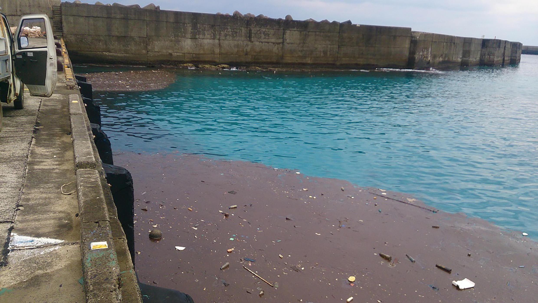Manchas que parecem petróleo chegaram às praias de várias ilhas do sul do Japão. Na foto de 02/02/18 cais no vilarejo de Toshima.