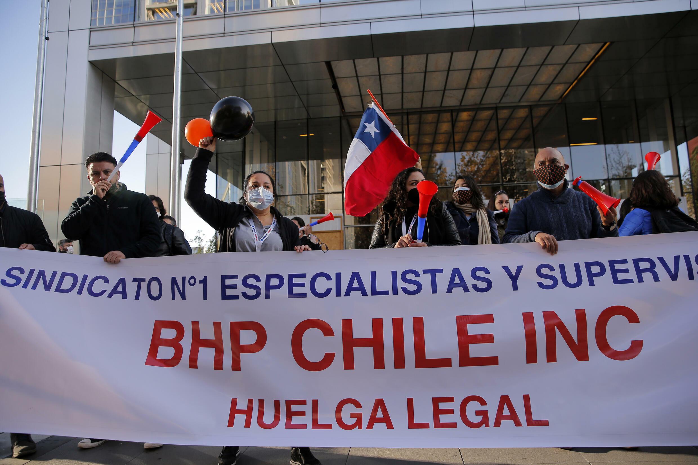 Trabajadores de la minera Escondida protestan afuera de las oficinas de la compañía BHP en Santiago el 27 de mayo de 2021