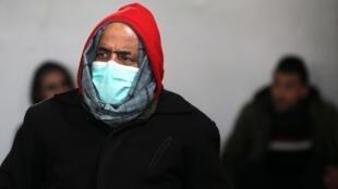 Un Palestinien vêtu d'un masque de protection contre le Covid-19 dans une mosquée de Rafah à Gaza, le 20 mars 2020.